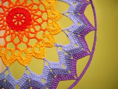 Alma mishto : febrero 2014 crochet bags, clothes, and whatnots мандалы. Crochet Home Decor, Crochet Crafts, Crochet Projects, Crochet Bags, Crochet Mandela, Crochet Bag Tutorials, Crochet Dreamcatcher, Yarn Bombing, Doily Patterns