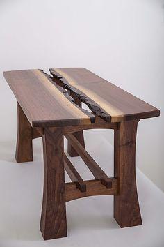 Lilly Coffee Table diseñada por Joshua Miller: hecha de madera de nogal, en la base se puede observar una clara intersección de planos. -AK