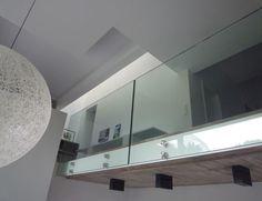 Mezzanine avec garde-corps en verre