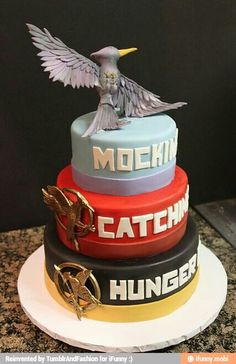 This is a really awesome Hunger Games Cake. I WANT THIS CAKE! I want this and then it will make two years in a row having a hunger games cake! Hunger Games Party, The Hunger Games, Hunger Games Cake, Hunger Games Memes, Hunger Games Fandom, Hunger Games Catching Fire, Hunger Games Trilogy, Cupcakes, Cupcake Cakes