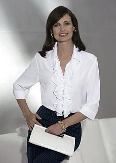 camisa-con-volados White Shirt Outfits, Fashion For Petite Women, Dressy Tops, Elegant Outfit, Long Tops, Fashion Over, Women's Fashion, White Tops, Blouses For Women