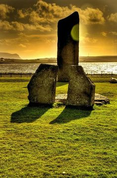 Standing Stones of Stenness Neolithic monument on the mainland of Orkney, Scotland. Just under a mile to the south of the Ring of Brodgar is another smaller neolithic stone monument. With links to Maeshowe (less than a mile to the east) and Skara Brae the sites are all contempory and date to about 3000BCE.