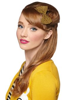 Darlin' Detail Hair Clip in Yellow Houndstooth: Secure the large metal clip of this brown houndstooth-inspired bow barrette into your do and your denim dress and knit cardigan will instantly capture sweet … Hat Hairstyles, Vintage Hairstyles, 1960s Hairstyles, Hair Rainbow, Short Cropped Hair, Crop Hair, Vintage Hair Accessories, Clothing Accessories, Hair Reference