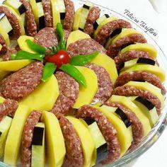 En güzel mutfak paylaşımları için kanalımıza abone olunuz. http://www.kadinika.com Hayırlı akşamlar arkadaşlar Akşam için pratik bir yemek salçalı sos dökünce pişmeye hazır. Size bir fikir olur belki Fırında Patatesli Patlıcanlı Köfte: 1 kilo kadar kıyma (büyük boy borcamda yaptım siz daha az bir miktar kullanabilirsiniz) 1 adet büyük boy rendelenmiş kuru soğan 15 avuç kuru ekmek rendesi ya da bayat ekmek 1 yumurta Tuz karabiber kimyon pulbiber 3-4 adet orta boy patates 3 adet patlıcan…
