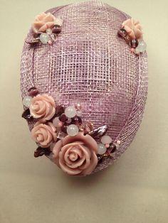 Tocado malva en base de sinamay con piedra de luna, perlas, coral rosa...