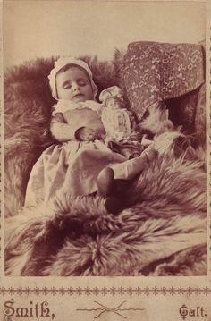 memorial portraiture baby girl with doll Post Mortem Pictures, Victorian Photography, Post Mortem Photography, Momento Mori, Antique Pictures, Present Day, Victorian Era, Vintage Children, First Love