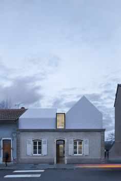 Enleve le haut in Nancy by Opsin + Gandy Architecture Parasitic Architecture, Facade Architecture, Life Estate, Bungalow Extensions, Facade Lighting, Roof Extension, New Homes, House Styles, Building