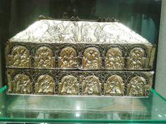 Arca de San Genadio (Asturias, siglo X). Realizada en plata repujada en oro. Fue donada por Alfonso III el Magno a san Genadio, obispo de Astorga, por lo que también es conocida como Arca de Astorga. Es una de las obras cumbres de la orfebrería prerrománica asturiana, expuesta en la actualidad en el Museo de la Catedral de Astorga.
