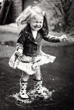 showers photos - Rain, umbrellas, boots and more . April showers photos - Rain, umbrellas, boots and more . Beautiful Children, Beautiful People, Beautiful Smile, Beautiful Images, Kind Photo, Rain Dance, Love Rain, Rain Umbrella, Singing In The Rain
