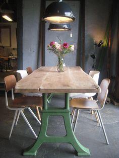 Stoere boomstam tafel met eiken tafelblad en machine groen onderstel