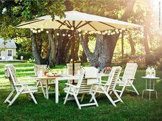 I trädgårdens lugnaste vrå avnjuter vi en långsam middag med familjen och vännerna samlade kring bordet ÄPPLARÖ. Ikväll firar vi en härligt ljum midsommarafton under den gamla ekens vackra trädkrona.