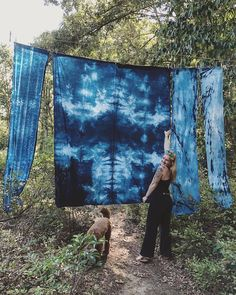 Hope everyone had a good long weekend! Did you get some backyard dyeing in? @scswiftt went for it with the Jacquard Indigo Kit. Look how gorgeous her pieces came out! 🤩 check out Sarah's stories for more 💙