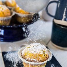 Saftiga och fluffiga saffransmuffins pudrade med florsocker, ibland är det enkla det godaste!   Receptet hittar du på bloggen just nu, länk i profilen ➡️ @fredriksfika   #saffransmuffins #saffran #muffins #cupcakes #fika #hembakat #julbak
