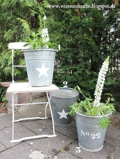 Zinkeimer und alte Gartenstühle....I love them!