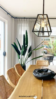 Die Gestaltung des Essbereichs beginnt mit der Grundausstattung des Raums und setzt sich mit der Auswahl der Esszimmermöbel fort. Mit geschickt platzierten Lichtquellen und einer passenden Dekoration schaffst Du ein behagliches Ambiente – hier bekommst Du hilfreiche Inspirationen. Ceiling Lights, Inspiration, Lighting, Home Decor, Ad Home, Homes, Essen, Dekoration, Biblical Inspiration