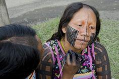 Nhakangãnhi, uma mulher Kayapó Gorotire, tem sua face pintada por uma colega, usando tinta negra a base de genipapo. Aldeia indígena Kari-Oca, em Jacarepaguá, Rio de Janeiro. Haroldo Castro