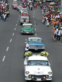 Desfile de carros antiguos en la feria de Cali.
