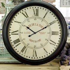 Duży ścienny zegar z białą tarczą i ciemną metalową ramą. Niesamowity styl retro.  Więcej na : www.lawendowykredens.pl
