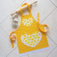 Les enfants et les tout-petits tablier jaune, tablier de jeu filles cuisine artisanale, childs doublé tablier en coton avec des pommes jaunes et à pois, poche coeur en dentelle. Fabriqué à partir de qualité entièrement lavable léger 100 % toile de coton et doublé en coton blanc. Le tissu est