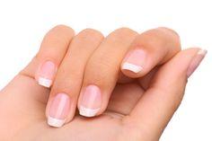 Fazer as unhas e apostar nas ultimas cores da moda não é a solução para ter unhas bonitas - Veja como fortalecê-las.