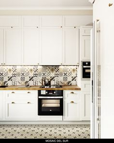 Staying within sober beige and grey tones, encaustic cement tiles for the kitchen backsplash and floor are used. With a wooden worktop and table, and the modern furniture, the perfect place for family dining. #patchwork #cementtiles #tiles #zementfliesen #fliesen #kitchendesign #küche #backsplash #mosaicdelsur