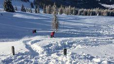"""Wir alle kennen das Gefühl, wenn es am Vorabend geschneit hat und wir vor lauter Freude am liebsten sofort auf den nächsten Berg fahren würden, um zu """"powdern"""".  Diese Verhältnisse findet man auf der Gerlitzen in Kärnten mit Blick auf den Ossiacher See. Mehr auf unserer Homepage :) #kärnten #gerlitzen #skifahren #snowboardfahren #urlaubinkärnten #urlaubinösterreich #winterwonderland #ausflügeinkärnten #ausflügeinösterreich #hierwohntdasglück #ossiachersee Reisen In Europa, Berg, Happiness, Snow, Travel, Outdoor, Europe Travel Tips, Ski, Road Trip Destinations"""
