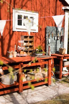 The wooden pergola is a good solution to add beauty to your garden. If you are not ready to spend thousands of dollars for building a cozy pergola then you may devise new strategies of trying out something different so that you can re Pergola Designs, Patio Design, Red Cottage, Garden Cottage, Wooden Pergola Kits, Big Leaf Plants, Curved Bed, Colorful Pillows, Beautiful Gardens