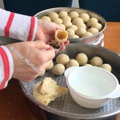 Top İçli Köfte Tarifi için Malzemeler 3 su bardağı köftelik ince bulgur 1 su bardağı irmik 1 su bardağı un 2 adet yumurtanın akı 2,5 su bardağı kaynar su 1 yemek ka�