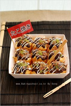 I'm dying to try Takoyaki! Cute Food, I Love Food, Yummy Food, Japan Street Food, Takoyaki, Food Out, Food Illustrations, Desert Recipes, Food Design