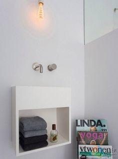 Маленькая раковина для туалета «San Jordi II», представленная компанией COCOON. Навесная раковина прямоугольной формы отступает от стены всего на 20 см, кроме того, она оборудована полочкой для туалетной бумаги и полотенец. Сифон скрыт за панелью, поэтому он не портит внешнего вида прибора.