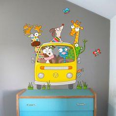 Ce sticker en route de la marque Série-Golo apporte un décor ludique et coloré à la chambre d'un enfant.