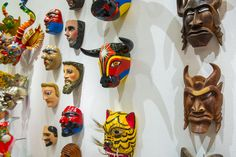 Mascaras elaboradas en madera, papel y otros materiales presentes en la exposición: Grandes Maestros del Arte Popular de Iberoamérica, hasta el 27 de septiembre en Centro Cultural La Moneda.