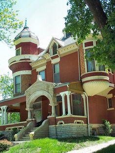 Myslíme si, že by sa vám mohli páčiť tieto piny - Old Victorian Homes, Victorian Gothic, Victorian Houses, Victorian Architecture, Historical Architecture, Abandoned Houses, Old Houses, Beautiful Buildings, Beautiful Homes