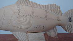 Peixe Tucunaré Entalhado em madeira de qualidade e resistente, com tratamento anti-cupins e encerada para dar brilho a madeira, NÃO é pintada. Pode ficar em ambiente internos ou externos. Muito bem detalhada e realista. Linda peça de decoração. Peça feita 100% a mão. Tamanho: 28 cm de comprimento / 11 cm de altura / 4 cm de profundidade. Preço: 291,00 reais Quantidade: Feito Sob Encomenda