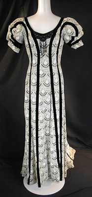 Mirella Freni's dress for La Traviata    (pinned for my daughter who must remember this line in a play that she did! )