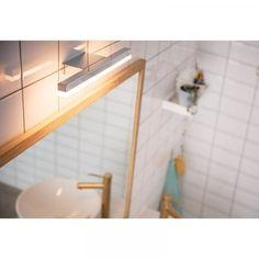 Yksinkertaisen tyylikäs Plunge -seinävalaisin. Ihanteellinen valaisin peilin päälle. Valaisin käy myös kosteisiin tiloihin. Tehokas, lämminsävyinen led-valo tulee tasaisesti alapuolelle.