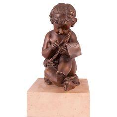 ESULTURA EN BRONCE NIÑO PINTOR  Representa a un niño desnudo sentado pintando. Sobre peana de mármol. Medidas: 23,5 x 24 x 10 cm. Peana: 6 x 9,5 x 15,5 cm.