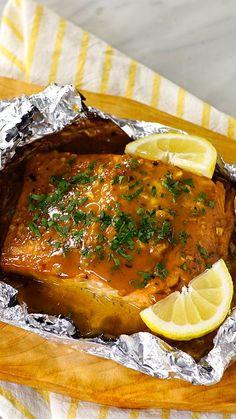 Essa receita vai impressionar qualquer um: salmão glaceado com alho e ervas. Experimente fazer em casa essa delícia!