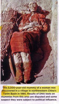 Analisis del DNA en momias chinas. Las momias de la region Tarim Basin, las cuales datan del año 1800 antes de cristo, parecen provenir de diferentes razas. Con diferente profundidad de los ojos, cuerpos largos, caras angulares y pelo rubio y rojo.