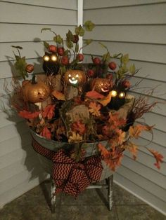 100 Cozy & Rustic Fall Front Porch decor ideas to feel the yawning autumn noon wind & watch the ember red leaves burn out slowly - Hike n Dip Fall Decor ideas Halloween Veranda, Halloween Porch, Fall Halloween, Thanksgiving Crafts, Thanksgiving Decorations, Fall Crafts, Autumn Decorating, Porch Decorating, Decorating Ideas