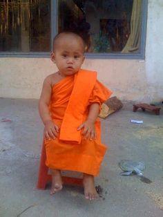 Little Monk so cute! Precious Children, Beautiful Children, Beautiful Babies, Buddha Buddhism, Buddhist Monk, Kids Around The World, People Of The World, Cute Kids, Cute Babies