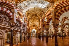 La Mezquita de Cordoba, également appelée la Grande mosquée de Cordoue et sa célèbre enfilade d'arches blanches et ocre.