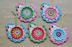 If you'd like to decorate your home with these bright and cheerful ornaments then Zoom Yummy has the pattern for you! ✿⊱╮Teresa Restegui http://www.pinterest.com/teretegui/✿⊱╮
