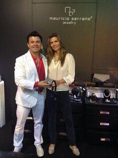¡Mauricio Serrano con Montserrat Olivier durante el lanzamiento de su nueva colección de joyería! ¡Un look de alto impacto!