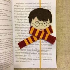 DIY Harry Potter Crafts For Harry Potter Fans - Unique Harry Potter Bookmark - Harry Potter Diy, Cadeau Harry Potter, Harry Potter Bookmark, Harry Potter Ornaments, Anniversaire Harry Potter, Harry Potter Theme, Felt Bookmark, Bookmark Craft, Diy Bookmarks