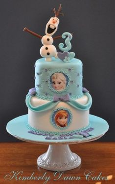 Got a Frozen fanatic in your house with a birthday coming up? Here are 8 of the Coolest Frozen Birthday Cakes Ever, guaranteed to make sure your child's cake is the centre of attention! Bolo Frozen, Torte Frozen, Frozen Party Cake, Elsa Torte, Disney Frozen Cake, Frozen Birthday Cake, Disney Cakes, Party Cakes, 3rd Birthday