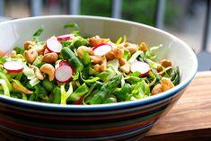 Her er den bedste opskrift på en spidskålssalat med radiser og grønne asparges. Du kan også se hvordan du laver en nem og lækker dressing til salaten.