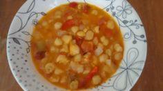 Guiso de garbanzos con cebolla, puerro, pimientos y tomate.