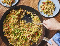 Notre riz frit antigaspillage aux légumes c'est la plus québécoise des recettes chinoises. Et c'est aussi LA recette antigaspillage par excellence! Fried Rice, Risotto, Good Times, Casserole, Good Food, Chinese, Pasta, Vegan, Cooking