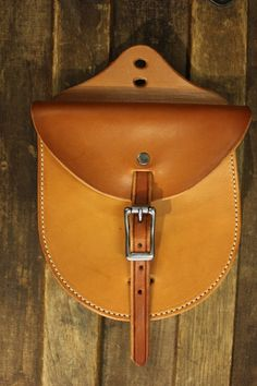Love This : Staple Pouch Horse Training Tips, Horse Tips, Western Horse Tack, Western Saddles, Cowboy Shop, Horse Grooming, Barrel Horse, Equestrian Problems, Leather Pattern